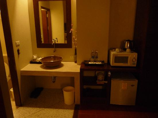 โรงแรมชิโน เฮ้าส์: Waschtisch und Mikrowelle im Zimmer