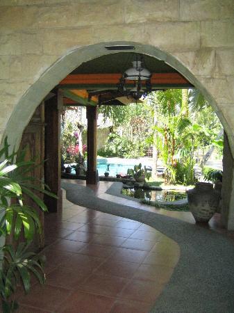 """Saudara Home: Vue sur jardin et piscine, la """"salle à manger"""" extérieure où nous prenons nos repas"""