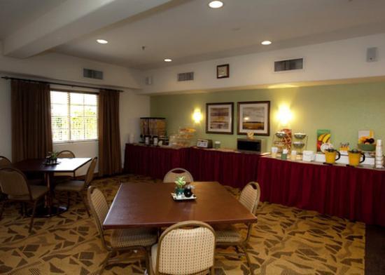 Quality Inn & Suites at Talavi: Free Breakfast area