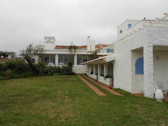 La Posta Del Cangrejo: Vista del hotel desde la calle que da a la playa