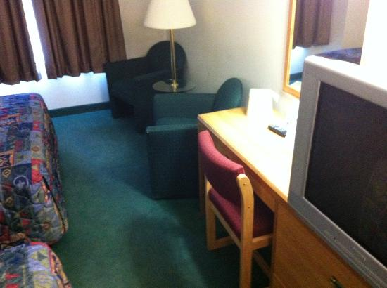 Days Inn Great Falls: TV and desk