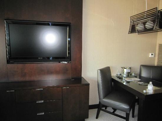 Vdara Hotel & Spa: Desk and TV