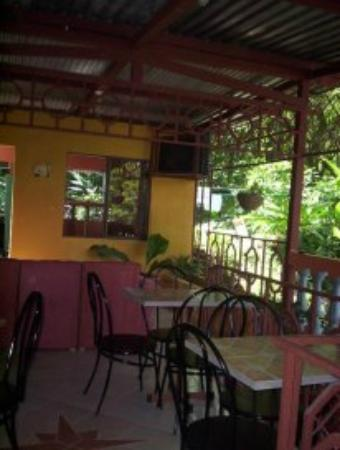 Central Backpackers Quepos: Area de desayuno