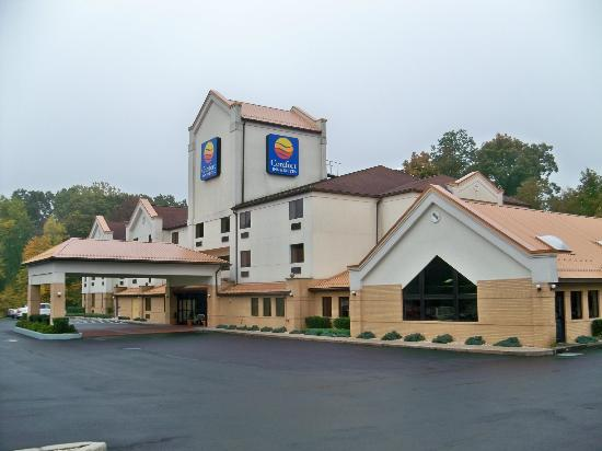 Comfort Inn & Suites: Outside of hotel.