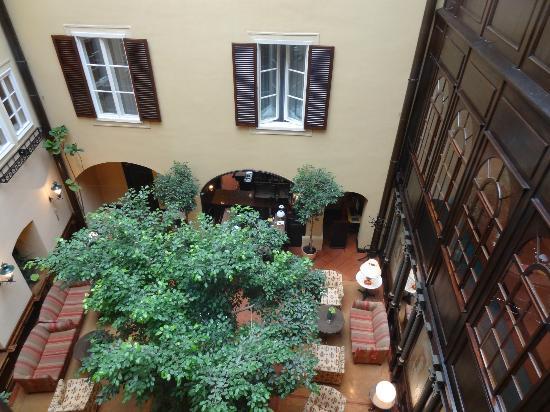 Hotel Konig Von Ungarn: Looking down into lounge area