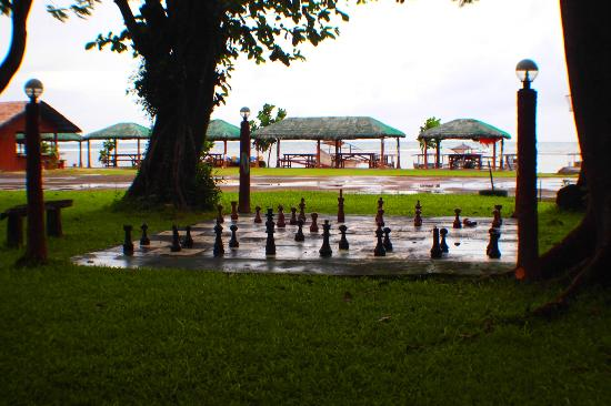 Matabungkay Beach Resort & Hotel: giant chess set