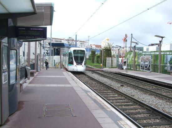 Ibis Budget Issy Les Moulineaux: This is how close the Tram stop is to the Hotel