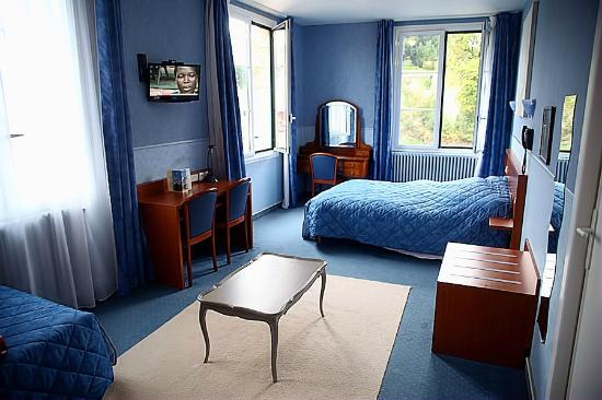 Hotel du Chateau : The corner rooms are bigger than the standard but still have a view of the Chateau in Josselin.