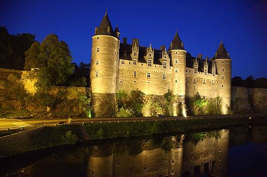 Hotel du Chateau : Spectacular view at dusk when the Chateau at Josselin is floodlit.