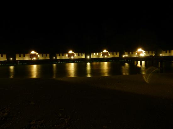 Reethi Beach Resort: Watervillas by night