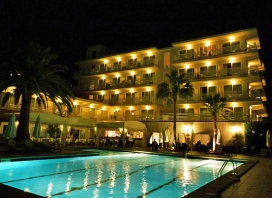 Hotel Roc Oberoy: Außenansicht vom Pool aus gesehen am Abend