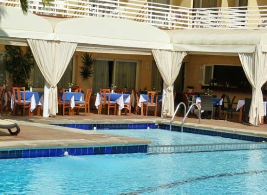Hotel Roc Oberoy: Außenansicht mit Essbereich am Pool zu Restaurant hin