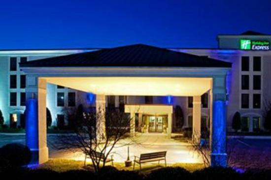 Holiday Inn Express Chester: Front Night time