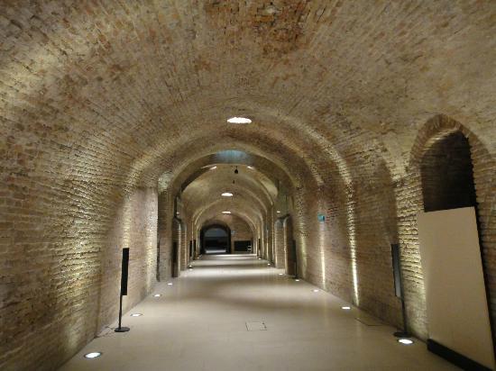 Palais Coburg Hotel Residenz: 地下は旧城壁をくり抜いて作られる
