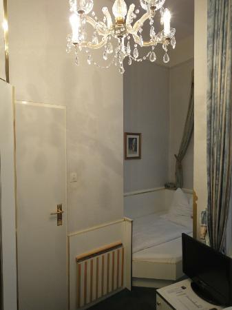 Hotel Zur Wiener Staatsoper: 張り出しているのは浴室