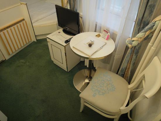 ホテル ツァ ヴィナー シュタッツオーパー, 小さな机
