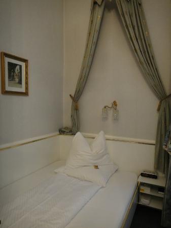Hotel Zur Wiener Staatsoper: ベッド