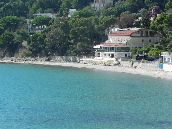 Albergo Ristorante da Carmine: foto dalla piazza di Ogliastro Marina