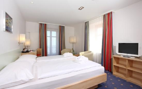 Swiss Dreams Hotel Walzenhausen: Deluxe double room with king size bed