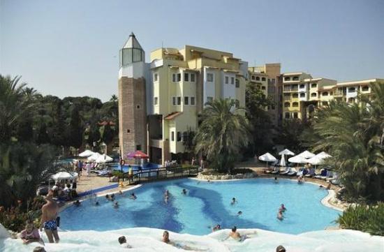 Limak Arcadia Golf & Sport Resort: Zicht op deel hotel en zwembad