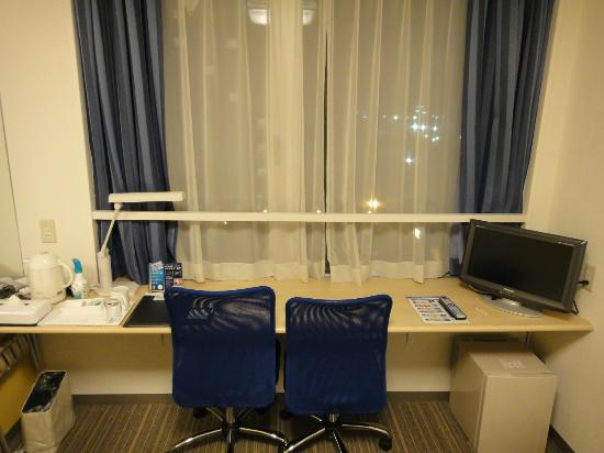 Premier Inn Sendai Tagajyo : 机が大きく便利