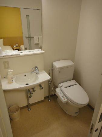 Premier Inn Sendai Tagajyo : トイレ洗面