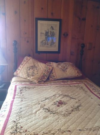 River View Lodge: cozy antique bed
