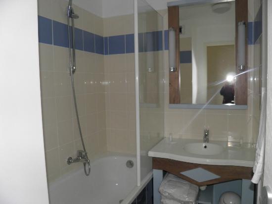 Pierre & Vacances Résidence Cap Morgat : sdb avec baignoire