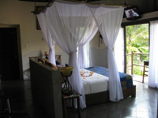 Mara River Safari Lodge: Tandala suite with honeymoon decorations