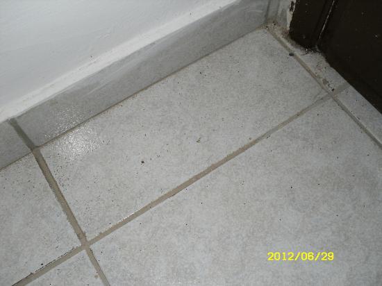 Elounda Ilion Hotel: dirty floor