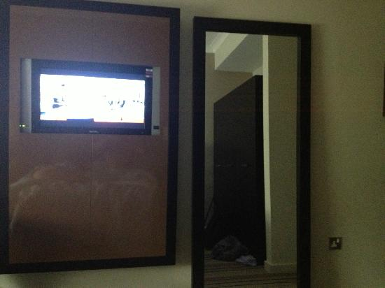 De Vere Venues Warbrook House and Grange: Room tv is encased in a box and you cant hear the sound.