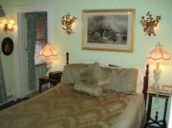 Bradford - Carver House: Room with a queen size bed, private bath