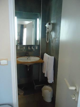 Kyriad Paris 10 - Gare Du Nord : bathroom