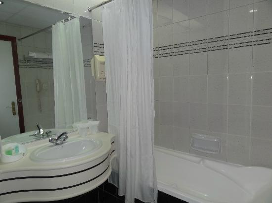 Dubai Grand Hotel By Fortune: nice bathroom with no cold wateer