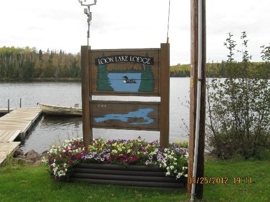Loon Lake Lodge: Lodge sign next to the lake and their dock