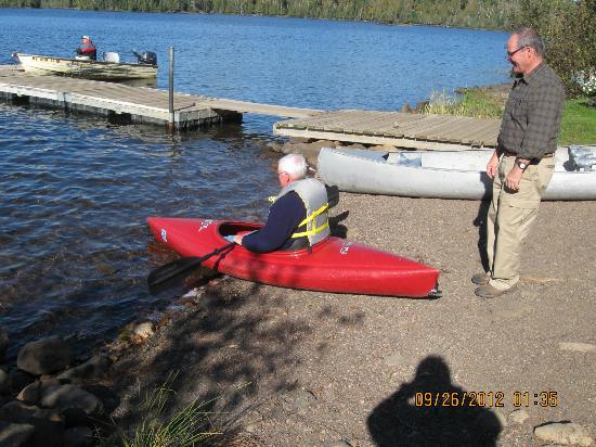 Loon Lake Lodge: Tom helping my husband go kayaking!