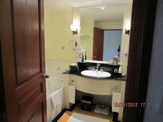 Sofitel Angkor Phokeethra Golf and Spa Resort: bathroom in room