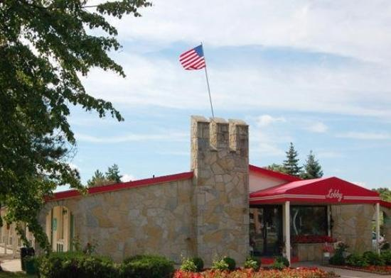 Econo Lodge: Exterior View