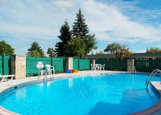 Econo Lodge: Pool View