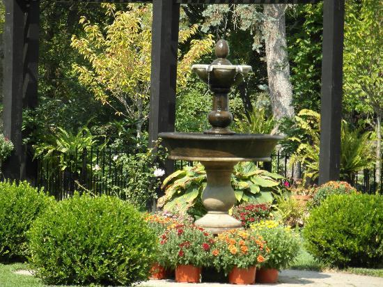 The Connecticut River Valley Inn: The garden fountain