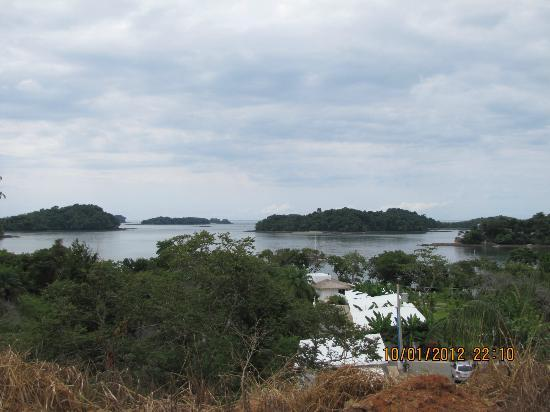 Hotel Bocas del Mar: View from hill above property