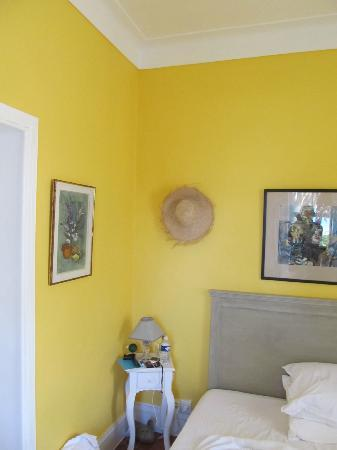 La Maison du Tamisier : The yellow room is clean, fresh, and relaxing!