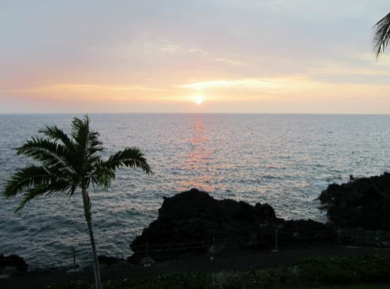 Keauhou Kona Surf & Racquet Club: Sunset from the lani condo 2-304