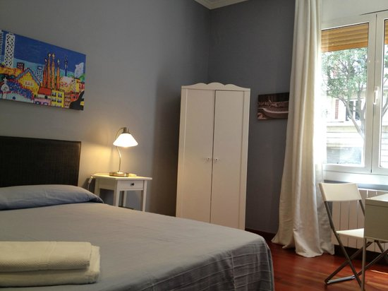Padilla Guest House: Park Güell Room (street views)