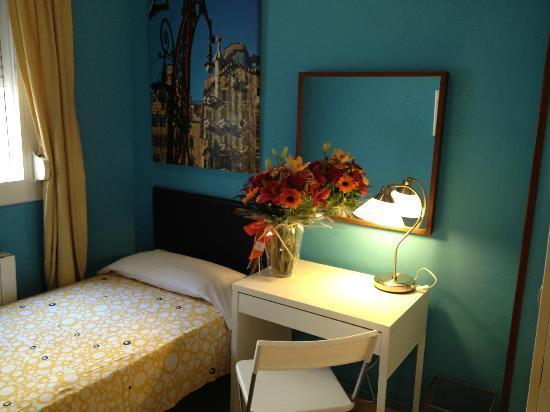 Padilla Guest House: Batlló Room (inner courtyard views)