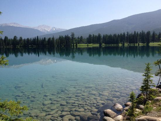 Fairmont Jasper Park Lodge: Lake by the Hotel