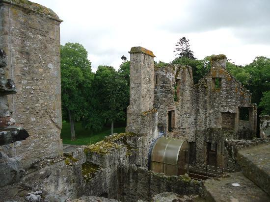 short history of castles The history of castles in britain and their development over the centuries, from iron age hill forts to norman motte.