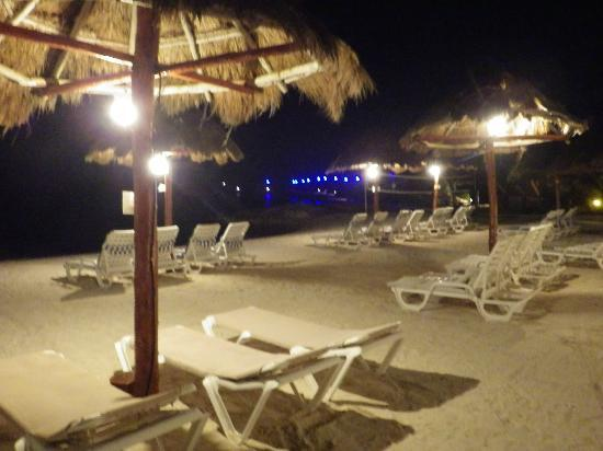 Mia Reef Isla Mujeres: Avalon Hotel beach at night