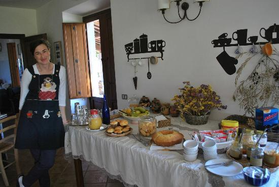 ‪‪Agriturismo Cioccoleta‬: Angela with Her Delicious Breakfast Offerings
