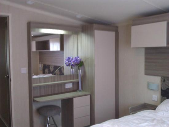 Camber Sands Holiday Park - Park Resorts: bedroom dressing table